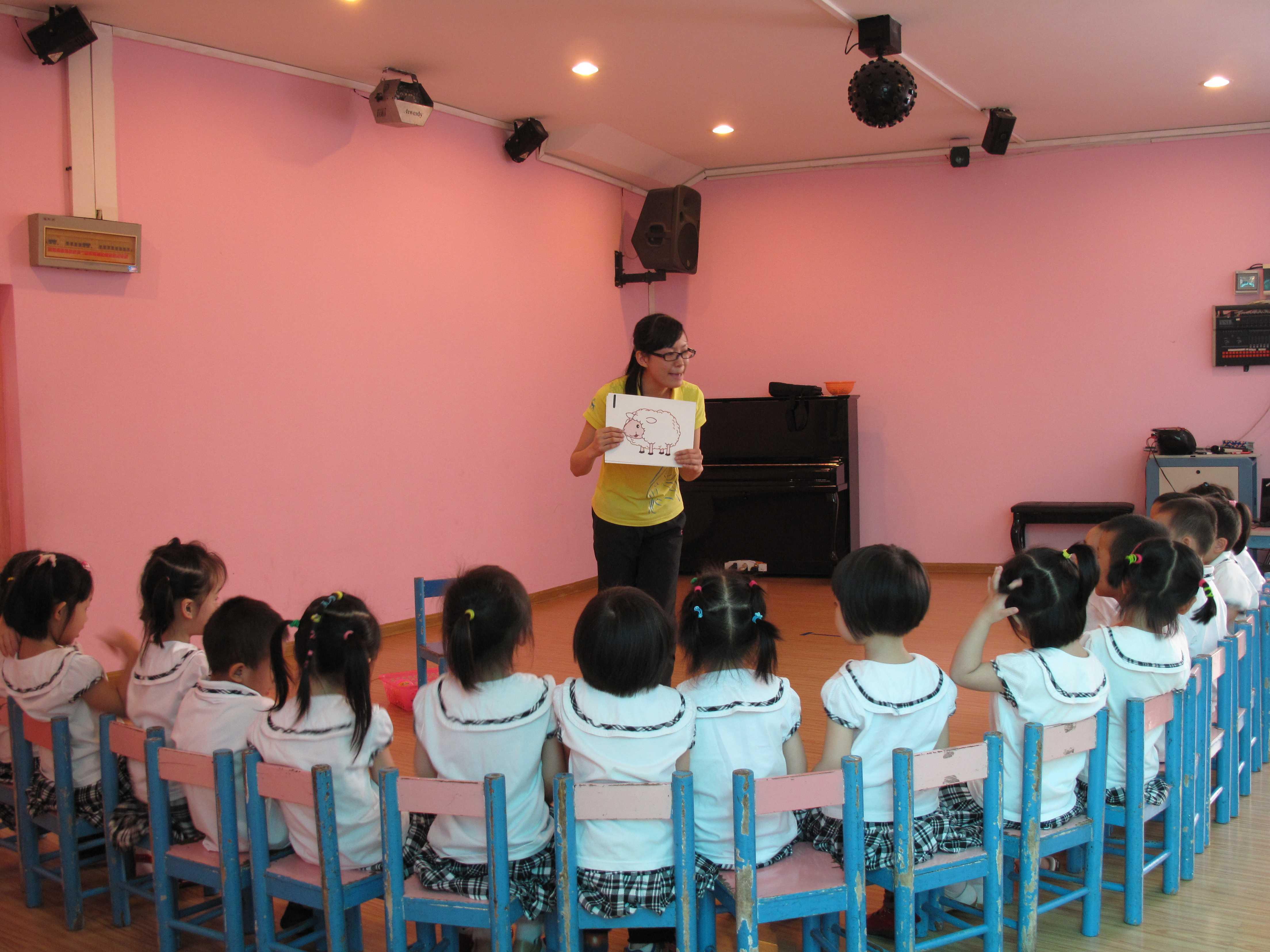 学前教育是就业率排名最高的专业之一,目前中国学前教育供不应求。幼师行业紧缺人才。社会上并不缺乏幼儿园教师,对幼儿园教师要求越来越高,而是缺少高文化高素质的幼儿教师。 幼儿教师学历要求: 幼儿园教师资格必须具备幼儿师范学校毕业及其以上学历; 幼儿园教师考试科目: 非师范教育类专业的报考幼儿园教师需参加教育学、心理学补修、测试和教育教学能力测评,成绩合格方可资格录用。 幼儿园教师语言要求: 普通话水平应当达到二级乙等以上标准,并获得相应等次《普通话水平测试等级证书》。 幼儿园教师身体、心理素质要求: 身体健